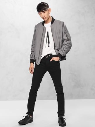 Comment porter: blouson aviateur gris, t-shirt à col rond imprimé blanc et noir, jean noir, baskets basses en cuir noires