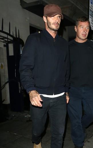 Comment porter: blouson aviateur bleu marine, t-shirt à col rond blanc, jean noir, bottes de loisirs en daim marron clair