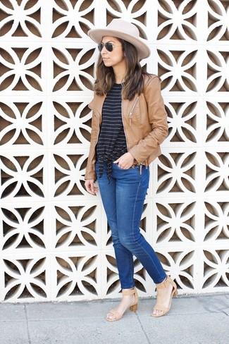 Comment porter: blouson aviateur en cuir marron clair, t-shirt à col rond à rayures horizontales noir et blanc, jean bleu, sandales à talons en cuir marron clair
