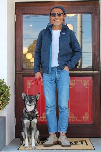 Comment porter: blouson aviateur en laine bleu marine, t-shirt à col rond blanc, jean bleu, bottines chukka en daim beiges