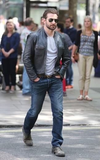 Comment porter: blouson aviateur en cuir noir, t-shirt à col rond gris, jean bleu, chaussures derby en cuir grises