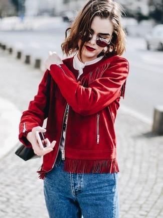 Comment porter: blouson aviateur en daim rouge, t-shirt à col rond imprimé blanc, jean bleu, sac bandoulière en cuir noir