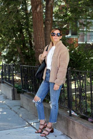 Comment porter: blouson aviateur en polaire marron clair, t-shirt à col rond blanc, jean déchiré bleu, sandales à talons en poils de veau imprimées léopard marron clair