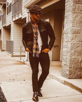 Comment porter: blouson aviateur en cuir noir, t-shirt à col rond blanc, jean noir, bottines chukka en cuir noires