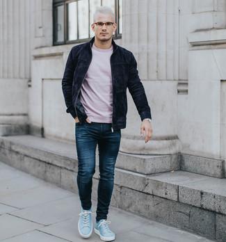 Comment porter: blouson aviateur en daim noir, t-shirt à col rond rose, jean bleu marine, baskets basses en daim bleu clair