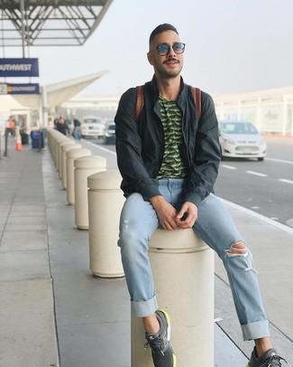 Comment porter: blouson aviateur gris foncé, t-shirt à col rond imprimé vert foncé, jean déchiré bleu clair, chaussures de sport gris foncé