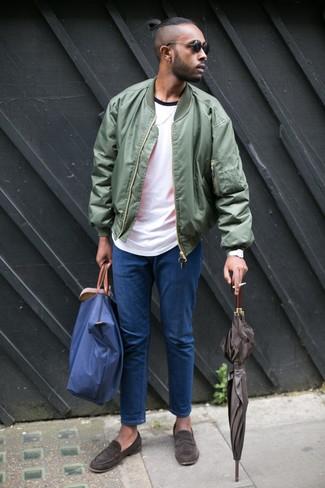 Comment porter: blouson aviateur olive, t-shirt à col rond blanc, jean bleu, slippers en daim marron foncé