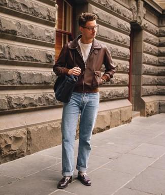 Comment porter: blouson aviateur en cuir marron, t-shirt à col rond blanc, jean bleu clair, slippers en cuir marron foncé