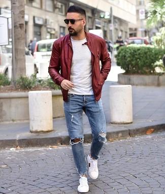 Comment porter: blouson aviateur en cuir bordeaux, t-shirt à col rond blanc, jean déchiré bleu clair, baskets basses imprimées blanches
