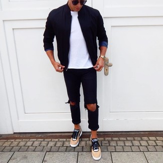 Comment porter: blouson aviateur noir, t-shirt à col rond blanc, jean déchiré noir, baskets basses marron clair