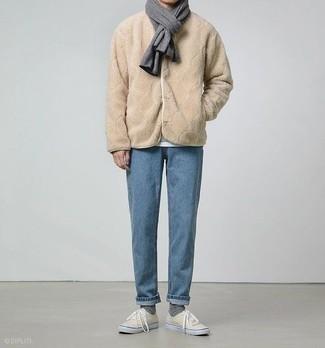Comment porter une écharpe gris foncé: Associe un blouson aviateur en polaire marron clair avec une écharpe gris foncé pour une tenue relax mais stylée. Jouez la carte classique pour les chaussures et opte pour une paire de des baskets basses en toile beiges.
