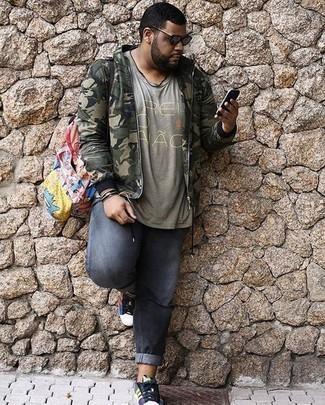 Comment porter un blouson aviateur camouflage olive: Associe un blouson aviateur camouflage olive avec un jean gris pour un look de tous les jours facile à porter. Une paire de des baskets basses en toile multicolores est une option génial pour complèter cette tenue.