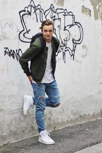 Comment porter des baskets montantes en cuir blanches à 20 ans: Choisis pour le confort dans un blouson aviateur vert foncé et un jean déchiré bleu clair. Cet ensemble est parfait avec une paire de des baskets montantes en cuir blanches.