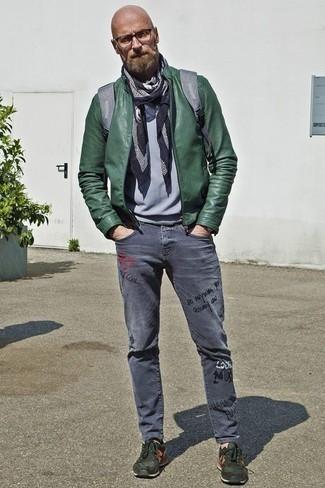 Comment porter un t-shirt à col rond avec un jean: Pour une tenue aussi confortable que ton canapé, harmonise un t-shirt à col rond avec un jean. Pourquoi ne pas ajouter une paire de des chaussures de sport vert foncé à l'ensemble pour une allure plus décontractée?