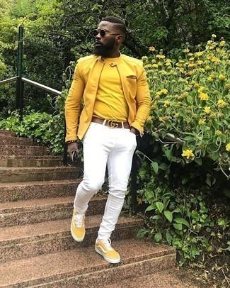 Comment porter une ceinture en cuir marron: Pense à associer un blouson aviateur moutarde avec une ceinture en cuir marron pour un look confortable et décontracté. Termine ce look avec une paire de des baskets basses en toile moutarde pour afficher ton expertise vestimentaire.