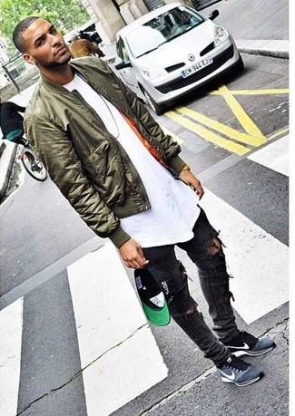 Comment porter: blouson aviateur olive, t-shirt à col rond blanc, jean skinny déchiré gris foncé, chaussures de sport en daim grises