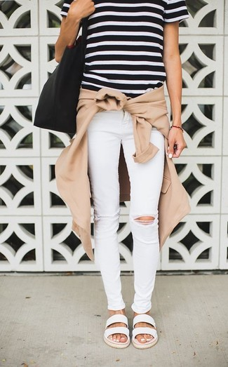 Comment porter: blouson aviateur marron clair, t-shirt à col rond à rayures horizontales noir et blanc, jean skinny déchiré blanc, sandales plates en cuir blanches
