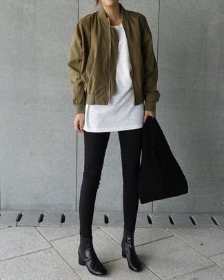 Comment porter: blouson aviateur olive, t-shirt à col rond blanc, jean skinny noir, bottines chelsea en cuir noires