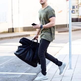 Comment porter: blouson aviateur noir, t-shirt à col rond camouflage olive, jean skinny gris foncé, baskets basses blanches