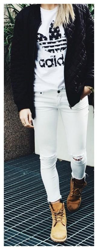 Tenue: Blouson aviateur matelassé noir, T-shirt à col rond imprimé blanc et noir, Jean skinny déchiré blanc, Bottines plates à lacets en nubuck marron clair