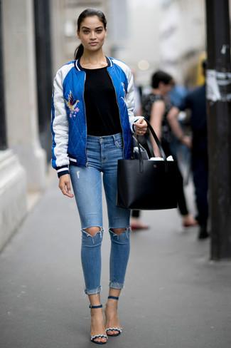 Comment porter: blouson aviateur bleu, t-shirt à col rond noir, jean skinny déchiré bleu clair, sandales à talons en cuir bleu marine