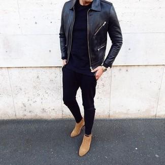 Comment porter: blouson aviateur en cuir noir, t-shirt à col rond noir, jean skinny noir, bottines chelsea en daim marron clair