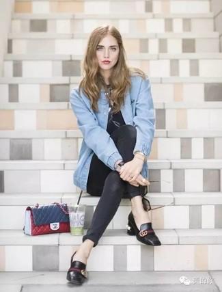 Comment porter: blouson aviateur en denim bleu clair, t-shirt à col rond imprimé noir, jean skinny noir, escarpins en cuir noirs