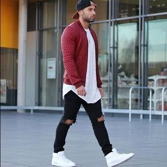 Comment porter: blouson aviateur matelassé rouge, t-shirt à col rond blanc, jean skinny déchiré noir, baskets montantes en cuir blanches
