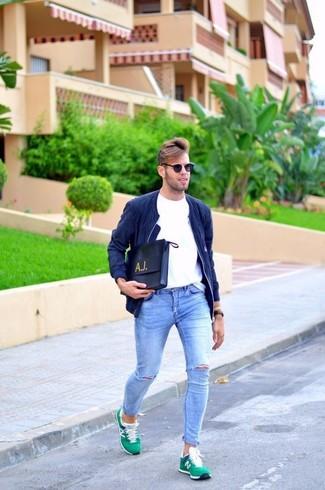 Comment porter: blouson aviateur en daim bleu marine, t-shirt à col rond blanc, jean skinny déchiré bleu clair, baskets basses en daim vertes