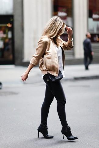 Comment porter: blouson aviateur doré, t-shirt à col rond blanc, jean skinny noir, bottines en satin noires