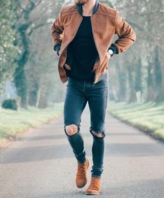 Comment porter: blouson aviateur en cuir marron, t-shirt à col rond noir, jean skinny déchiré bleu marine, bottines chelsea en daim marron