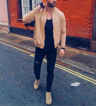 Comment porter: blouson aviateur marron clair, t-shirt à col rond noir, jean skinny déchiré noir, bottines chelsea en daim beiges