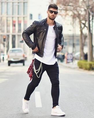 Comment porter un bandana rouge et blanc: Pense à porter un blouson aviateur en cuir matelassé noir et un bandana rouge et blanc pour un look confortable et décontracté. Une paire de des baskets basses en cuir blanches ajoutera de l'élégance à un look simple.