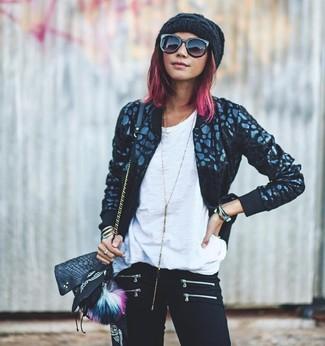 Comment porter: blouson aviateur noir, t-shirt à col rond blanc, jean skinny noir, sac bandoulière en cuir noir