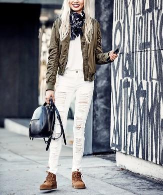 Comment porter: blouson aviateur olive, t-shirt à col rond blanc, jean skinny déchiré blanc, bottines plates à lacets en daim marron