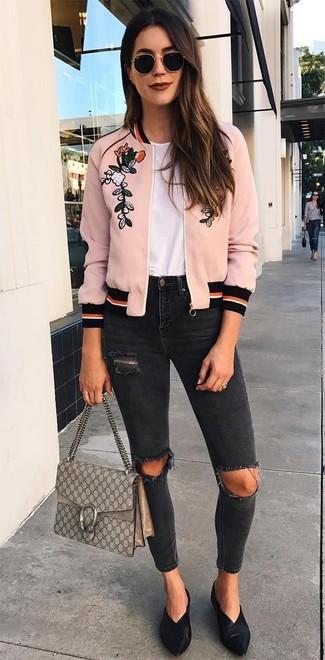 Comment porter: blouson aviateur brodé rose, t-shirt à col rond blanc, jean skinny déchiré noir, mules en cuir noires