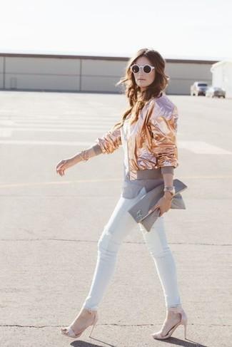 Comment porter: blouson aviateur doré, t-shirt à col rond gris, jean skinny blanc, sandales à talons en cuir roses