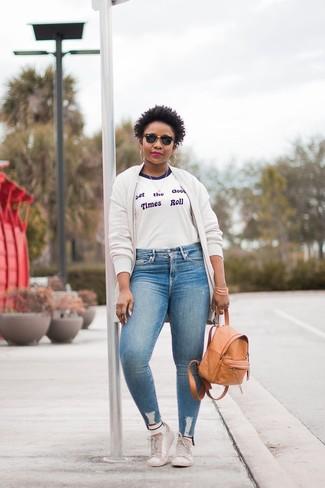 Comment porter un t-shirt à col rond avec un blouson aviateur: Pense à associer un blouson aviateur avec un t-shirt à col rond pour une tenue idéale le week-end. Assortis ce look avec une paire de des baskets basses en cuir blanches.