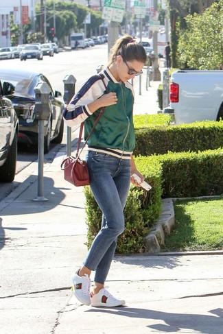 Comment porter: blouson aviateur en satin vert, t-shirt à col rond blanc, jean skinny bleu, baskets basses en cuir imprimées blanches
