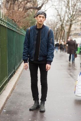 Comment porter: blouson aviateur matelassé bleu marine, t-shirt à col rond noir, jean skinny noir, bottines chelsea en cuir noires