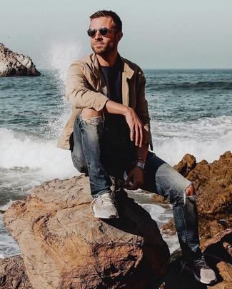 Comment porter: blouson aviateur marron clair, t-shirt à col rond noir, jean skinny déchiré bleu marine, chaussures de sport grises