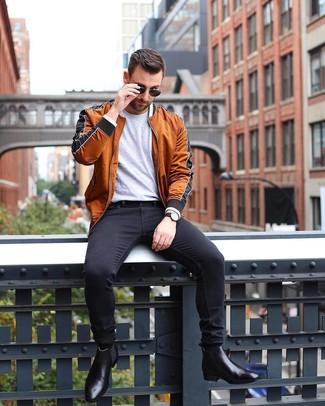 Comment porter: blouson aviateur tabac, t-shirt à col rond gris, jean skinny noir, bottines chelsea en cuir noires