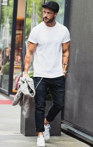 Comment porter: blouson aviateur gris, t-shirt à col rond blanc, jean skinny noir, baskets basses en toile blanches