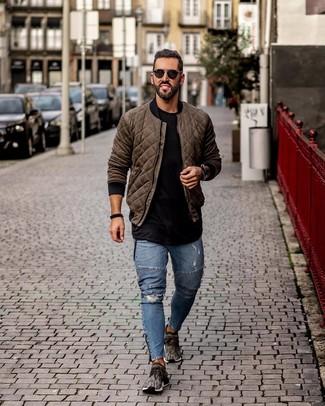 Comment porter: blouson aviateur matelassé olive, t-shirt à col rond noir, jean skinny déchiré bleu, chaussures de sport gris foncé