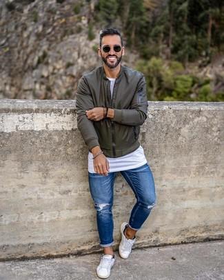 Comment porter: blouson aviateur olive, t-shirt à col rond blanc, jean skinny déchiré bleu, baskets basses blanches