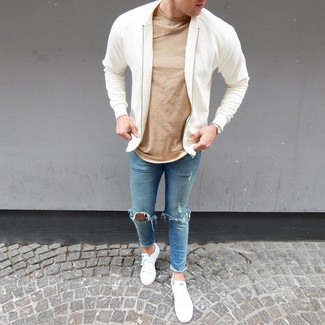Comment porter: blouson aviateur blanc, t-shirt à col rond marron clair, jean skinny déchiré bleu clair, baskets basses blanches