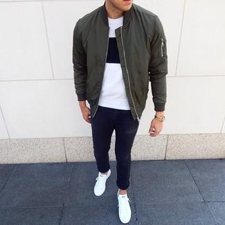 Comment porter: blouson aviateur olive, t-shirt à col rond blanc et noir, jean skinny noir, baskets basses blanches