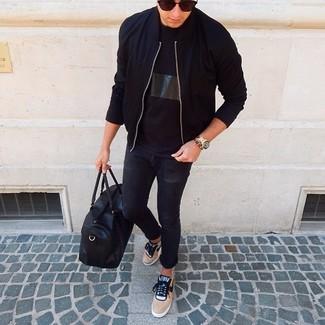 Comment porter: blouson aviateur noir, t-shirt à col rond noir, jean skinny noir, baskets basses marron clair