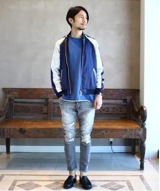 Comment porter des slippers en cuir noirs: Pense à porter un blouson aviateur bleu marine et blanc et un jean skinny déchiré gris pour une tenue idéale le week-end. Une paire de slippers en cuir noirs apportera une esthétique classique à l'ensemble.