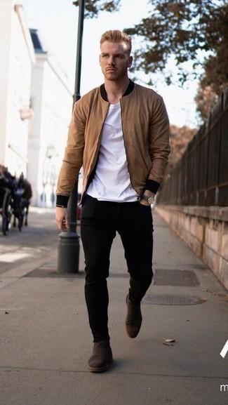 Comment porter un jean skinny noir: Marie un blouson aviateur marron clair avec un jean skinny noir pour obtenir un look relax mais stylé. Transforme-toi en bête de mode et fais d'une paire de bottines chelsea en daim marron foncé ton choix de souliers.